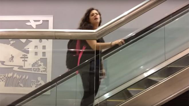 Elle loupe son avion... et danse toute la nuit dans l'aéroport !