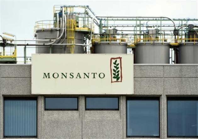Le glyphosate- Alain BOMMENEL Laurence SAUBADU Kun TIANL'usine Monsanto à Lillo près d'Anvers le 24 mai 2016- JOHN THYS