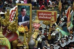 Des dizaines de milliers de Thaïlandais rendent un dernier hommage au roi Bhumibol