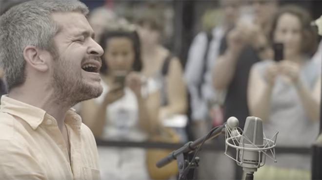 Le chanteur Grégoire très critiqué sur youtube après sa reprise d'Oasis (vidéo)