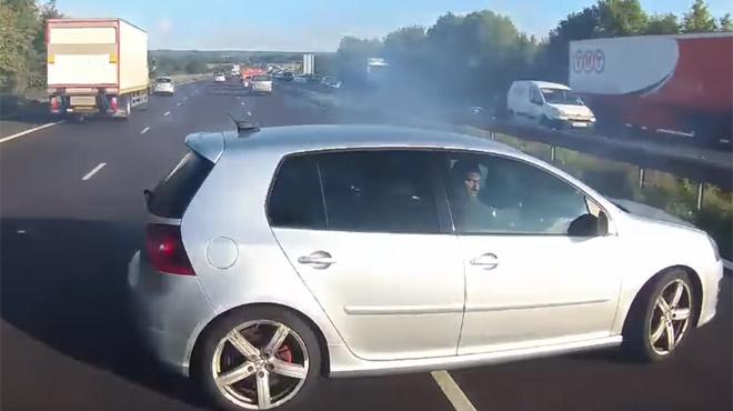 Un bus évite de justesse un gros crash sur l'autoroute: les passagers paniqués ont eu très très chaud (vidéo)