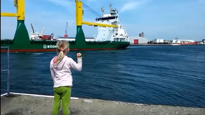 Cette petite fille implore un navire de mettre en route sa corne de brume: elle n'aurait pas dû (vidéo)