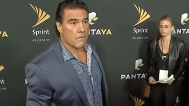 Cet acteur mexicain perd son sang froid: il frappe violemment un journaliste (vidéo)