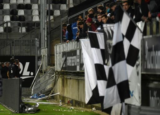 Accident d'Amiens-Lille: les barrières du stade pointées du doigt pour