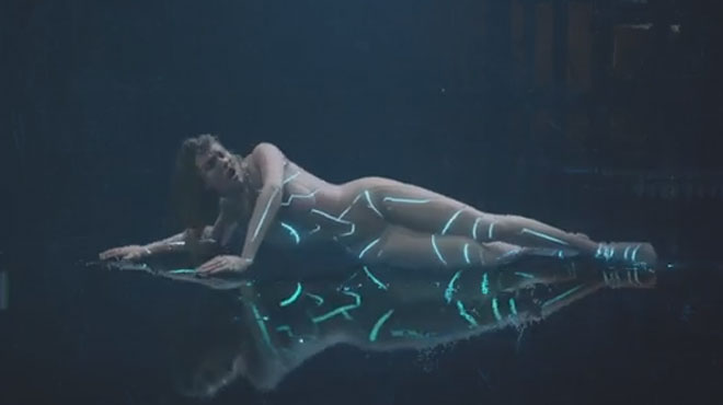 Taylor Swift choque ses fans en interprétant un robot complètement NU (vidéo)