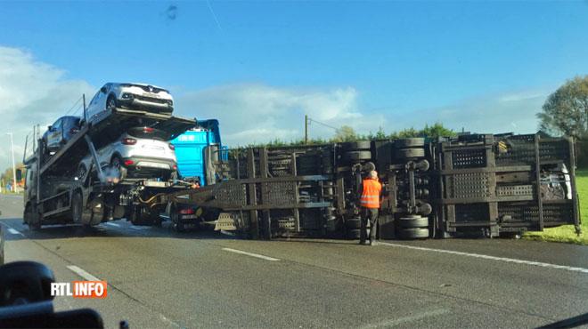 Collision spectaculaire en quittant Bruxelles: un camion transportant des voitures termine couché sur le flanc