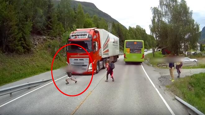 ÉNORME frayeur pour ce petit garçon qui traverse de façon imprudente: ce camion freine brusquement et lui sauve la vie (vidéo)