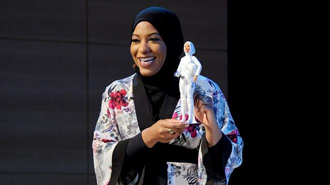 Mattel met à l'honneur une escrimeuse avec une Barbie à son effigie, voilée :
