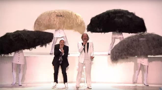 IMPROBABLE: entourés de moustaches qui dansent, Philippe Katerine chante… avec Jimmy Fallon! (vidéo)