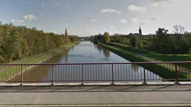 La démolition de l'ancien pont de Luttre ne se passe pas comme prévu: un engin de chantier accroche... le nouveau pont