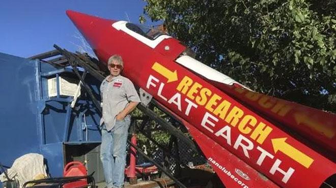 Pour prouver que la Terre est plate, il construit une fusée