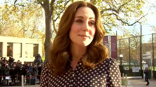 RARE: Kate s'exprime sur les fiançailles de son beau-frère le prince Harry avec l'actrice Meghan Markle (vidéo)