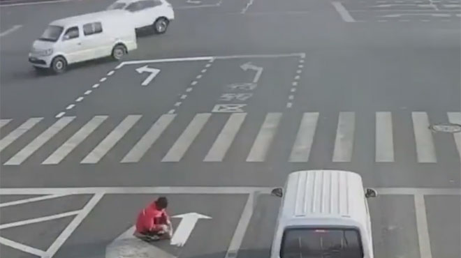 Lassé des embouteillages, un Chinois prend son pot de peinture pour rediriger la circulation à son avantage (vidéo)