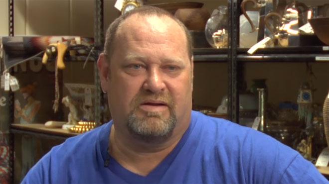 Démuni, cet homme vivait dans une cabane avec 200$ par mois: il est devenu millionnaire grâce à... une couverture (vidéo)