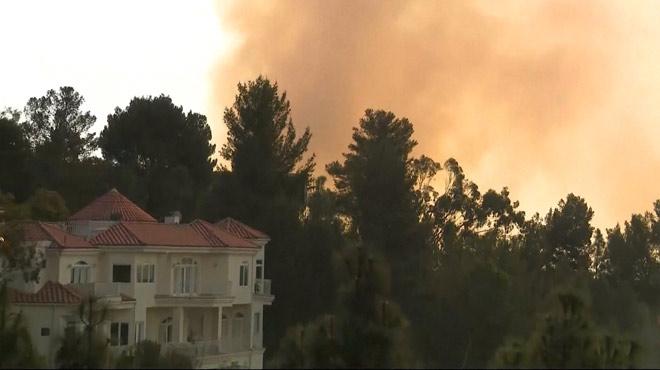 Des incendies spectaculaires atteignent Los Angeles et ses luxueux quartiers: de nombreuses stars évacuées