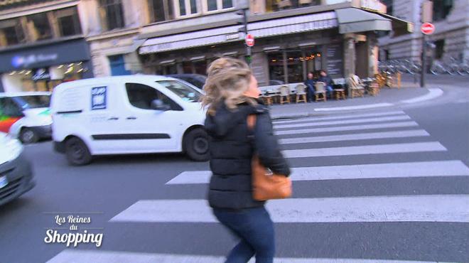 Surexcitée, Christelle court dans tous les sens pour faire son shopping: les cameramen peinent à la suivre (vidéo)