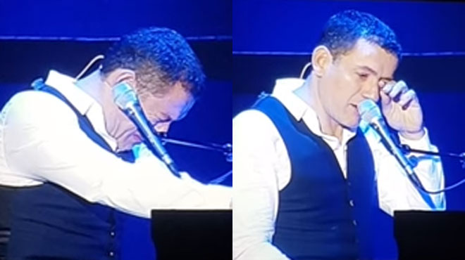 Dany Boon craque en plein spectacle et évoque, en pleurs, son ami Johnny Hallyday: