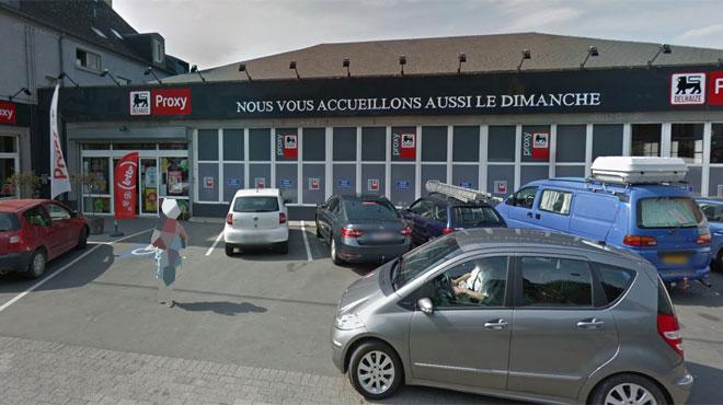 Une automobiliste fonce dans la façade du Delhaize d'Anseremme: