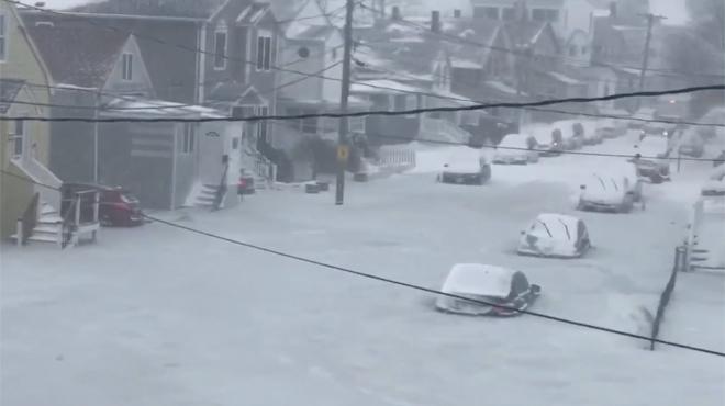 Inondations glacées à Boston: une rue entièrement gelée filmée par un habitant