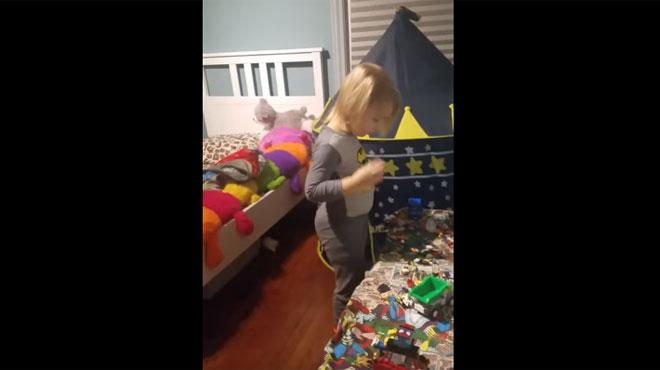 Cette maman effraie son petit garçon qui jouait dans sa chambre après l'heure du coucher (vidéo)