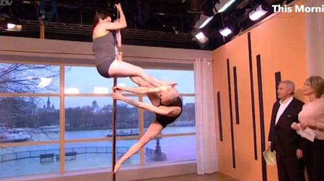 Un père et sa fille créent le malaise sur un plateau de télé en faisant du pole dance (vidéo)