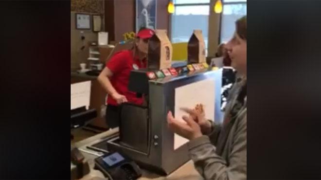 Sourde et muette, Cynthia va avoir une énorme surprise en commandant à manger dans un fast-food (vidéo)