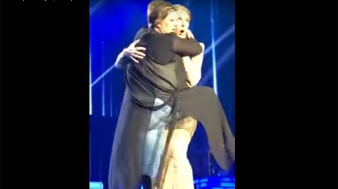 Une fan lui saute dessus sur scène, grosse frayeur — Musique/Céline Dion