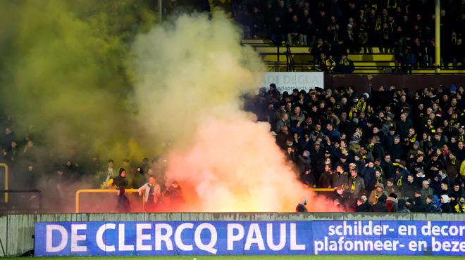Triste spectacle en D1B: les supporters du Lierse et du Beerschot s'envoient des fumigènes (vidéo)
