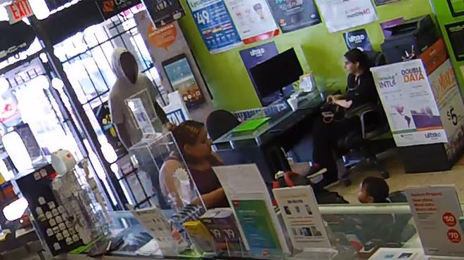 Il tente de braquer un magasin mais la vendeuse déjoue son plan en toute tranquillité (vidéo)