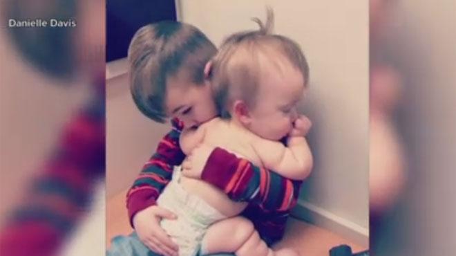 ADORABLE: ce garçonnet berce et calme sa petite soeur malade (vidéo)