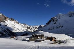 Avalanches et routes coupées après des chutes de neige exceptionnelles dans les Alpes