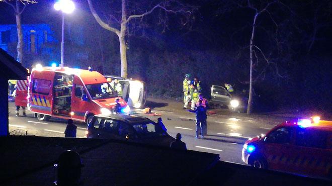 Accident grave à Liège sur le boulevard Kleyer: une voiture encastrée dans une haie, l'autre sur le flanc
