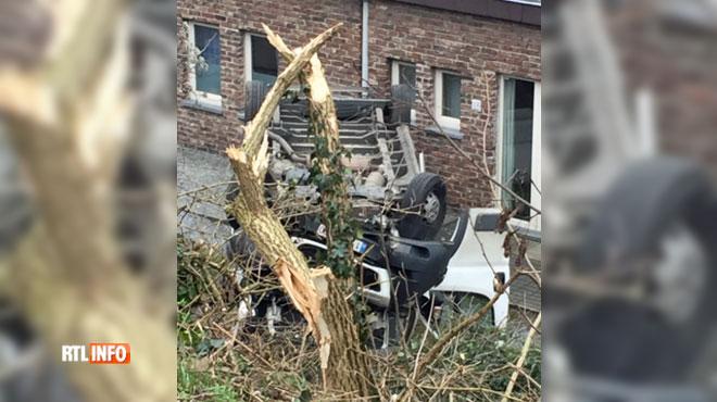 Une camionnette se renverse et finit sur le toit à Seraing
