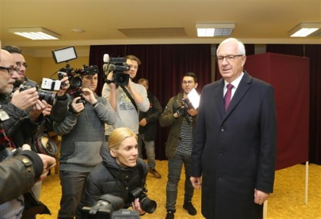 Jiri Drahos principal adversaire du président tchèque Milos Zeman dans un bureau de vote de Prague le 12 janvier 2018- Stringer