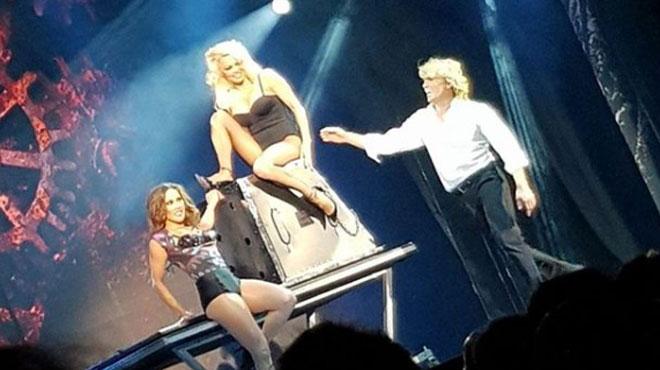 Pamela Anderson troque son maillot rouge pour un body noir et des bas résilles dans un spectacle de magie (photos)