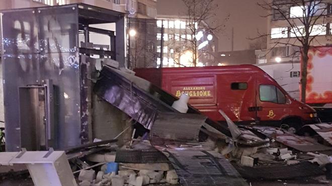 Un mois après l'explosion sur la place Flagey, des débris sont toujours là: encore une histoire belge?