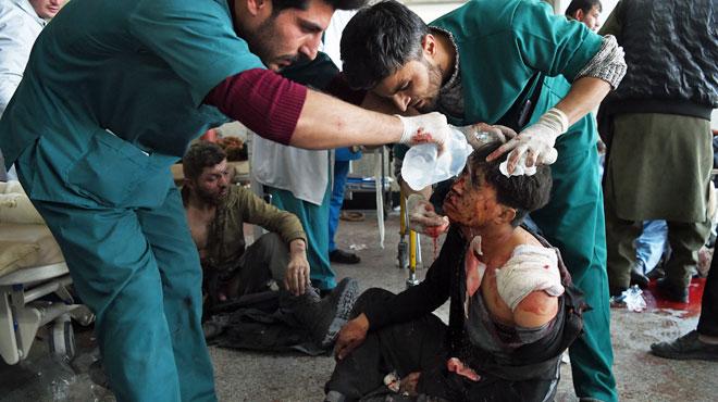Une ambulance piégée répand la terreur à Kaboul: près d'une centaine de morts