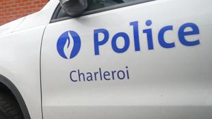 Jumet: un jeune à bord d'une voiture volée se lance dans une course-poursuite avec la police et finit par emboutir plusieurs voitures