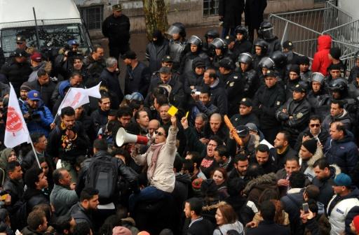 Macron en Tunisie pour évoquer la dette et soutenir la démocratie