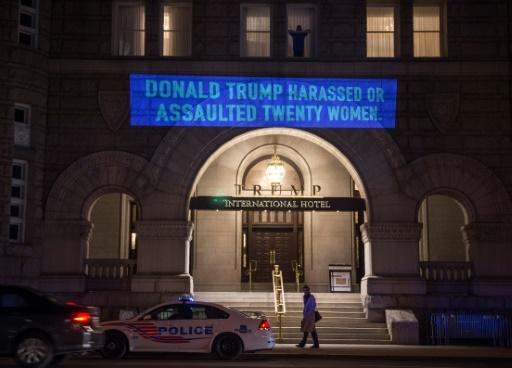 Robin Bell, l'artiste contestataire qui a pris l'hôtel Trump pour toile