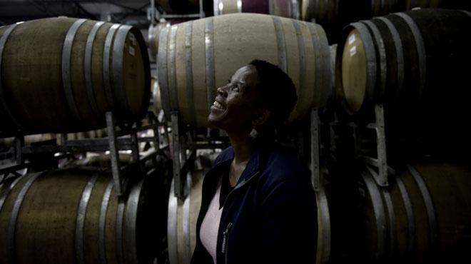 Ntsiki, la première vigneronne noire d'Afrique du Sud, brille dans un univers jusqu'alors réservé aux Blancs: