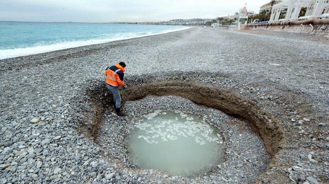 Mais que s'est-il passé?! Un énorme cratère se forme sur une plage de Nice (photos)