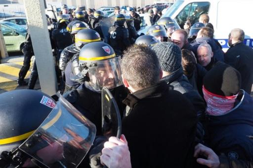 Prisons: FO et la CGT appellent à un rassemblement lundi pour prolonger la mobilisation