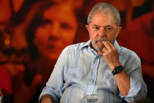 Un juge brésilien rend son passeport à Lula