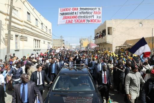 Une foule accueille Macron à Saint-Louis du Sénégal, qui attend son aide
