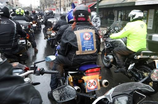 Des milliers de motards et d'automobilistes en colère à Paris contre les 80 km/h