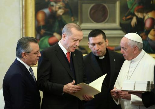 Le pape offre un symbole de paix au président turc, Rome quadrillée