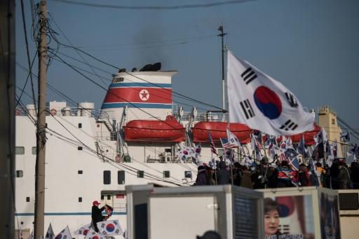 JO-2018: manifestation à l'arrivée du ferry transportant la troupe d'artistes nord-coréens