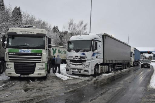 Poids lourds paralysés par la neige: des décisions mal coordonnées, selon la profession