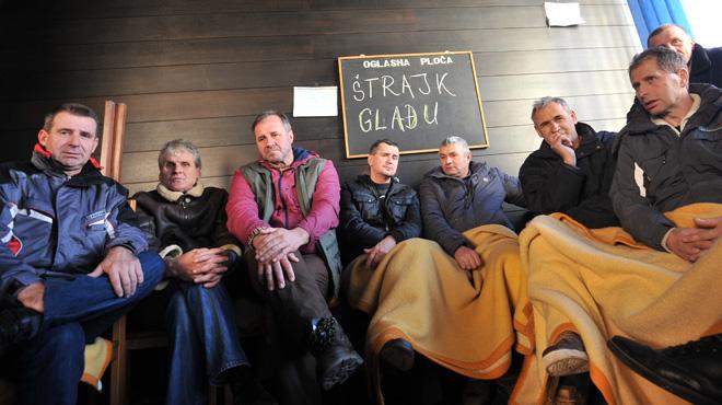 En Bosnie, des anciens ouvriers se battent pour leur retraite: